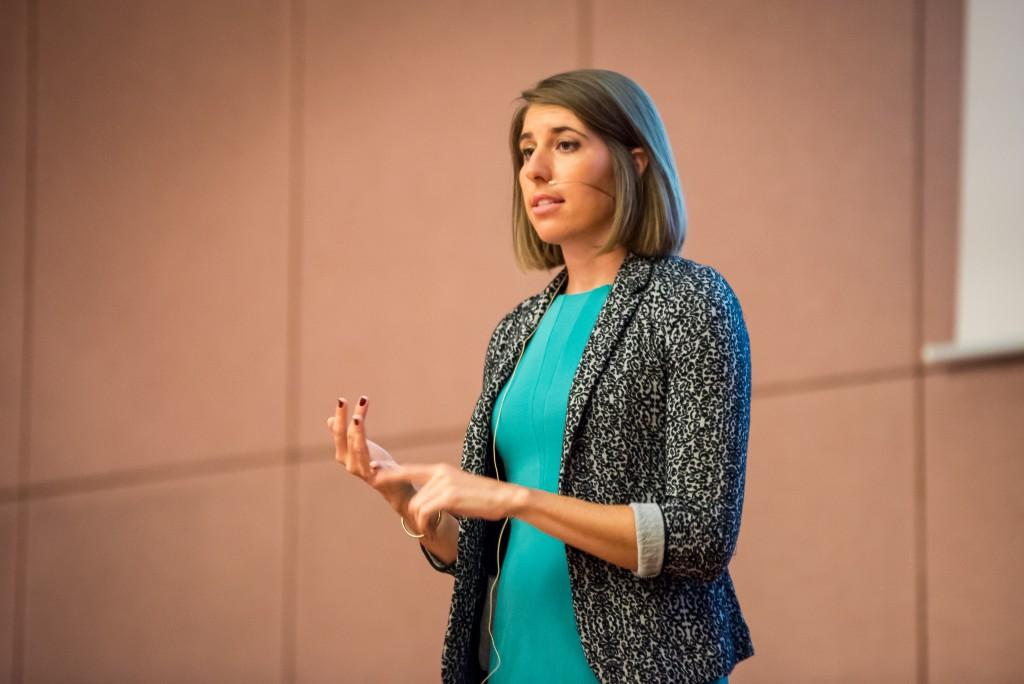 Caitlin Bigelow von Rokenbok spricht auf der WebVideoCon2016